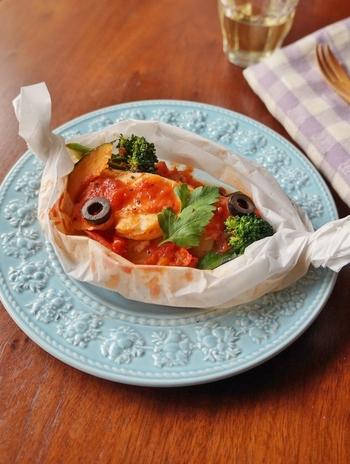 クッキングペーパーに具材と調味料をのせて包んで、電子レンジで加熱するお手軽な洋風時短レシピ♪仕上げにパセリやオリーブを散らせば、おもてなしにも喜ばれるおしゃれな一品に。
