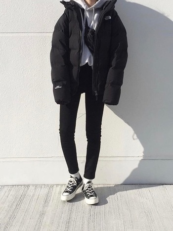 汚れがつきやすいけれど頻繁にクリーニングに出せないダウン。だからこそ、黒を選べば1シーズン汚れを気にせず着られるはず。ブラックアイテムでまとめていながら、白を効かせて重くなりすぎないお洒落コーデに。
