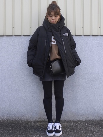 アウトドアブランドアイテムとスカートの組み合わせって、とってもかわいい!上半身がボリュームがあるからこそ、下半身をタイツで引き締めてバランスを取るのがBEST。