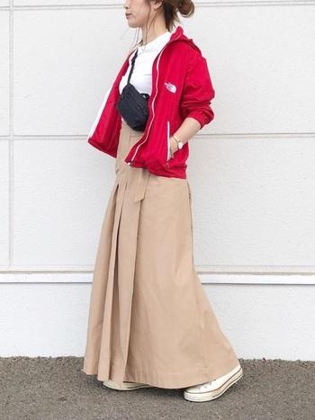 室内でダウンを脱ぐということも多いですよね。そんな日には下に着るパーカーも赤を選べばコーデのポイントになりますよ。ベージュや白との相性のいい赤は手持ちの洋服とも合わせやすいから、シーズンごとに洋服をたくさん購入しなくてもお洒落の幅を広げられそう!