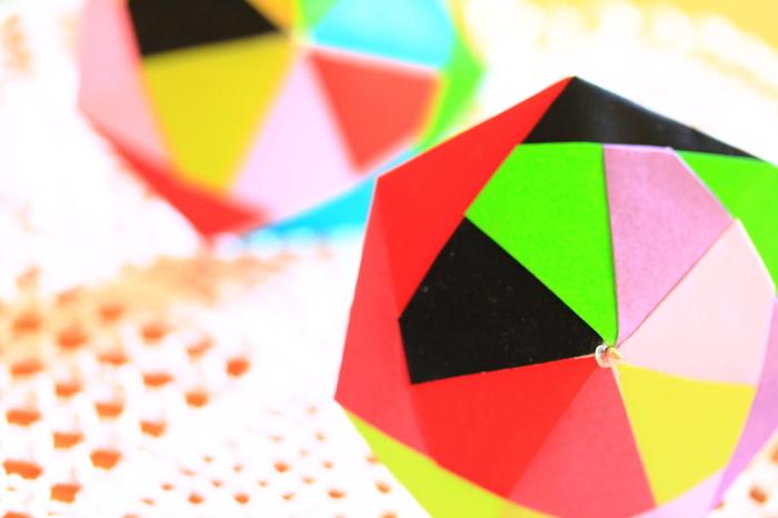ユニット折り紙とは、複数の折り紙を使ってパーツを作り、それを組み合わせてモチーフを作る方法のこと。1枚だけで作るより複雑な構造のものを作ることができ、色や柄によってイメージを変えたり個性を出すことも可能です。