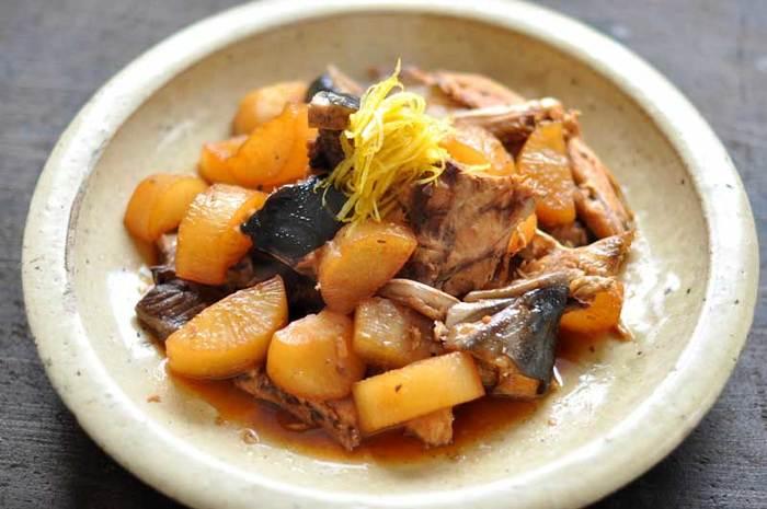 冬の魚の代表でもあるブリは、DHAやビタミンEが豊富に含まれています。出世魚で、80cm以上の大きさのものがブリと呼ばれています。濃厚な脂が特徴で、お刺身・焼く・煮るなど、どんな調理をしても美味しくいただけます。