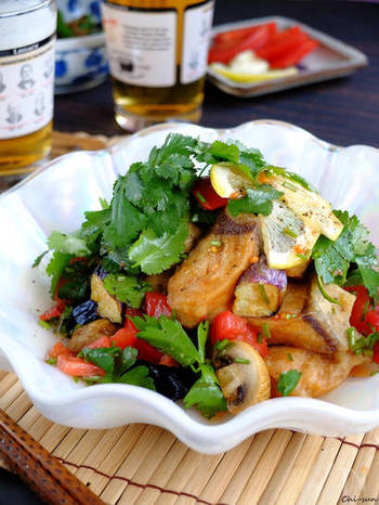 ブリ・茄子・マッシュルームを油でカラッと揚げて、パクチーソースをかけたらエスニックな一品の完成!ブリの脂の美味しさを味わうために揚げすぎないのがポイントです。彩りも美しいですね。