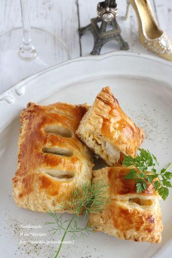 冷凍パイシートで作るたらと玉子のパイ包みのレシピ。サクサクのパイは、前菜やワインのおつまみにもぴったり。チーズやバジルペーストやトマトソースなど味付けをアレンジしてみるのもいいですね!