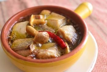 オリーブオイルにブリやニンニク、唐辛子を入れて煮るだけ。ニンニクの風味とピリッと辛さの効いた熱々のブリがたまりません!熱々をテーブルにサーブして、ワインのお供にぜひ♪