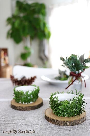 クリスマスのテーブルにディスプレイに飾るキャンドルホルダーは、容器に両面テープを貼り、モミやヒバを貼り付けて。 ドライフラワーや木の実でも良いですね。