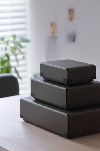 大きな収納ボックスを使うほどでもないけれど、見栄え良く収納したいものがあるとき、どんな収納アイテムを選びますか? とくに来客もあるリビングでは、おしゃれな収納アイテムを選びたいですよね。そんなとき重宝するのが、美しい紙製ボックスです。