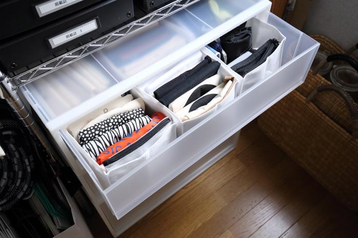 収納ケースは押し入れに入るワイドサイズから、隙間収納しやすいコンパクトサイズまでたくさんあり、収納不足のお部屋に取り入れやすい収納アイテムとして人気です。 素材も軽くて扱いやすいプラスチック製、湿気に強く防虫しやすいスチール製などさまざま。 汚れても水拭きするだけできれいな状態をキープできるので、お手入れも簡単です。
