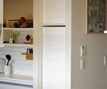 ビルトインタイプのパントリーは、棚の位置は変えられるものの、いまいち使い勝手が悪いと感じることも多いもの。  収納がうまくいっていないと、人前で扉を開けにくいときもありますよね。 こちらのお家では棚と扉を取っ払い、棚幅が合ったニトリの引き出しボックスをスタッキングすることに。 中身にアクセスしやすくなったうえ、見た目も素敵です。