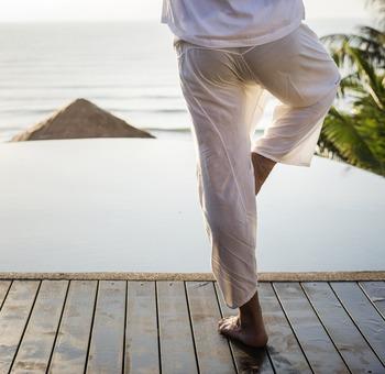 適度な運動で血行を促すことは、更年期にあらわれるさまざまな症状を軽減させてくれます。時間を見つけて凝った身体をしっかり伸ばし、心身ともにリラックスしましょう。ただし、相手と競い合いながら楽しむタイプのスポーツは、かえって気持ちにストレスを与えることもあります。あくまでリフレッシュを目的に、気持ちよく身体を動かすことが大切です。