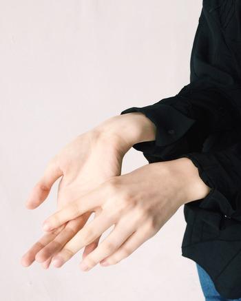 首から上は熱いのに手足は冷たいという「冷えのぼせ」もよく見られます。自律神経の乱れにより、上半身の血管は拡張して放熱しようとする一方、末梢の血管は必要以上に収縮するために起こる症状です。もともと冷え症の傾向がある人は血行が滞りがちなため、冷えのぼせになりやすいと言われています。