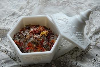 生乾きにした花びらと粗塩を混ぜて作るモイストポプリ。熟成された香りが長く続くといわれています。インテリア性も抜群ですね。