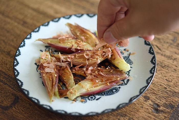・生姜(紙袋などに入れ涼しい冷暗所で保存します。みじん切りやすりおろしを小分けにラップし冷凍保存も可能です) ・ミョウガ(キッチンペーパーなどを濡らして、タッパーなどに敷きその中に入れて冷蔵庫で保存します。実は冷凍も可能です。冷凍する場合は丸のまま冷凍でオッケーですよ) ・大葉(濡らしたキッチンペーパーなどに包み、ビニール袋に入れ冷蔵庫の野菜室で保存)  薬味があると他の食材の味もぐっと引き立ち美味しくしてくれる万能選手。 上手に保存できるといいですね。