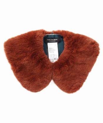 テディベアみたいにかわいい梅栗色のファーの付け襟は、コートやシンプルなニットに合わせてみて。