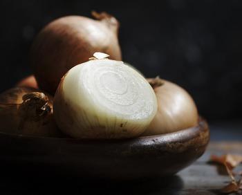 根菜類の仲間と思われがちな玉ねぎは、ユリ科の野菜で実は葉の集合体でできているんです。そんな玉ねぎは低温に弱い野菜。丸ごとの場合は、紙袋などに入れて冷暗所がベストです。カットしたものは、切り口をしっかりラップし、冷蔵庫の野菜室で保存するようにしましょう。