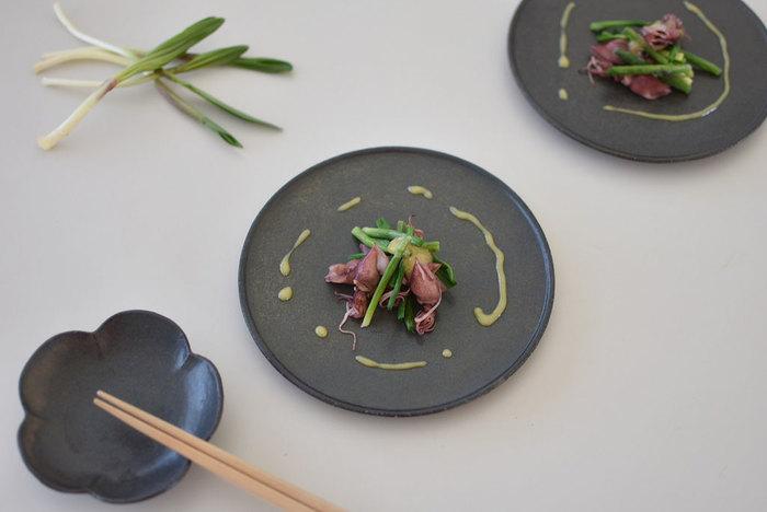 和食の場合も同様に、ソースと余白を上手に使うことでお店のような盛り付けを演出することができます。素材の持ち味を生かした見た目も大満足の一皿が完成しますよ。