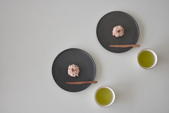 とっても美しい和菓子は、広く余白を使って大きめのお皿にちょこんと乗せることで、より繊細に見せることができます。