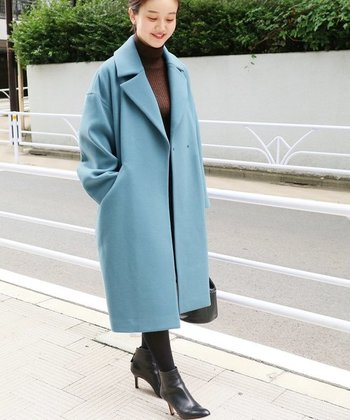 きれいな勿忘草色のコートは、冬のコーディネイトの主役にしたいから、他のアイテムはダークカラーでまとめてみましょう。