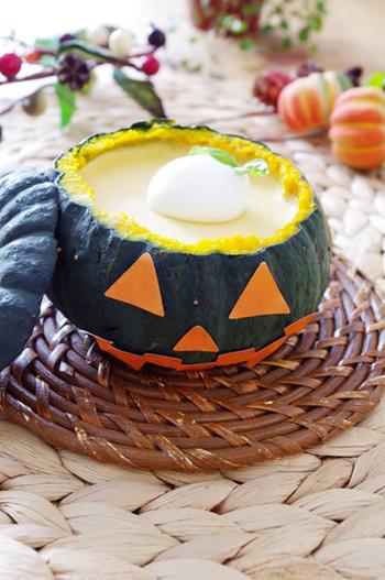こちらはかぼちゃの器を生かしたレアチーズケーキのレシピ。中のケーキにもちゃんとかぼちゃが入っています♪かぼちゃはレンジで火を通すので手間いらず。くり抜くときには容器を傷付けないように気を付けましょう。