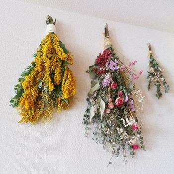 リースは難しそう、という方は、束ねて吊るすだけの「スワッグ」はいかがでしょう?生花を吊るしながら乾燥させ、長期間彩りを楽しめます。