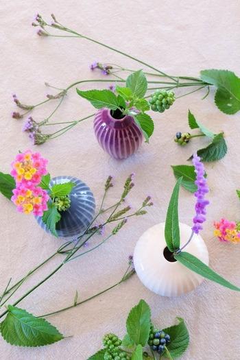 それぞれに異なる形と、少しくすんだニュアンスカラーが素敵。単体として美しいだけでなく、花の色を引き立ててくれる色合いなんですね。