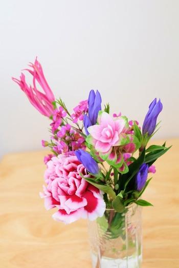 複数のお花をまとめて生けるのは、花同士の相性や高さの調節などが難しい印象がありますよね。既にバランスを整えてまとめられているプチブーケなら、包みを解いて水に挿せば、そのままで絶妙な配置のアレンジに。