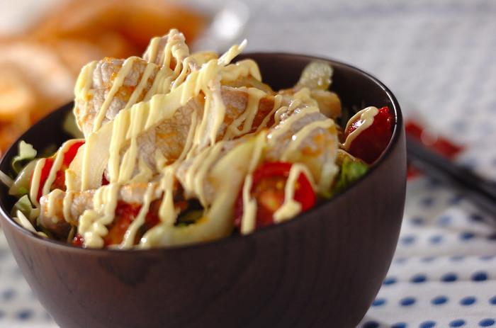 豚肉と野菜を組み合わせたボリューム満点&ヘルシーな丼ぶり。 豚肉は冷しゃぶを作る要領で、サッとお湯にくぐらせ、余分な脂をカット。和風ドレッシングにお好みでマヨネーズをかけ豪快に頂きましょう。