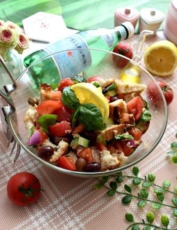 切って混ぜるだけのお手軽!イタリアンのパンサラダ。本場イタリアでは、固くなったパンを使って作るリメイク料理として親しまれているんだとか…。 パンも野菜も一緒に食べたいけど、作るのが面倒…そんな時におすすめのレシピです。味付けはとにかくシンプル!お好きなお野菜でアレンジしても楽しめます♪