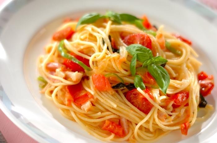 新玉ねぎとトマトのフレッシュさがとっても爽やかなお洒落なおパスタ。 食欲の無い時や、さっぱりとしたものが食べたい時にもぴったりなメニュー。トマトは、プチトマトで代用してもOK!
