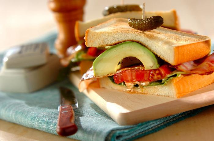 厚切りトマト&アボカドを豪快にサンドしたボリューム満点BLTサンド。 このレシピのポイントは、アボカドとトマトを一度フライパンでグリルすること。焼き野菜にすることで、甘味が増し、トーストしたパンと絶妙に馴染みます。 トマトの酸味とアボカドの濃厚&クリーミーな組み合わせは、やみつきになる美味しさ。