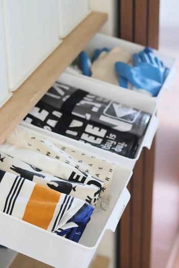 収納ラックに引き出しがあれば、小物も収納できて便利なのに…と思うことはありませんか?  持ち手付きの浅型ラッセバスケットなら、持ち手を手前に引き出しやすいので、引き出し代わりに使えて便利です。