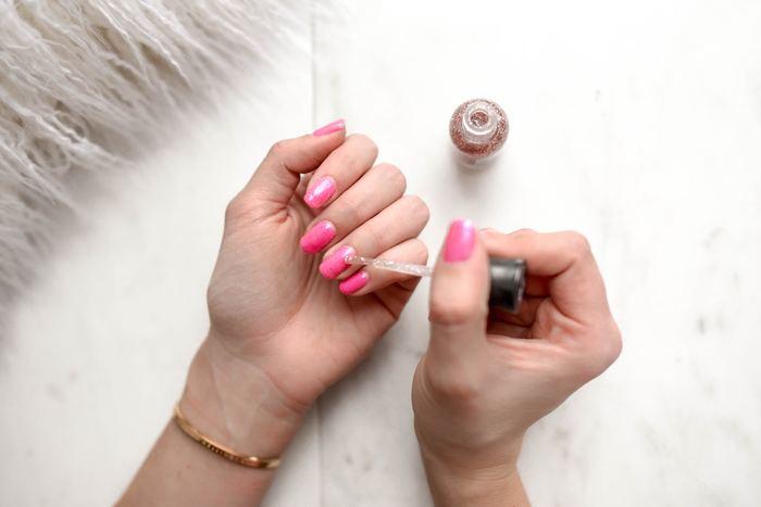 ジェルネイルはリペアの度に爪を削るため、繰り返していると爪が薄くなりやすいもの。爪が弱ってしまうと、ジェルが定着しにくく浮きやすくなってしまいます。日頃から爪用の美容液やオイルをつけ、爪の状態を良くしておくことでグリーンネイルを予防することができます。