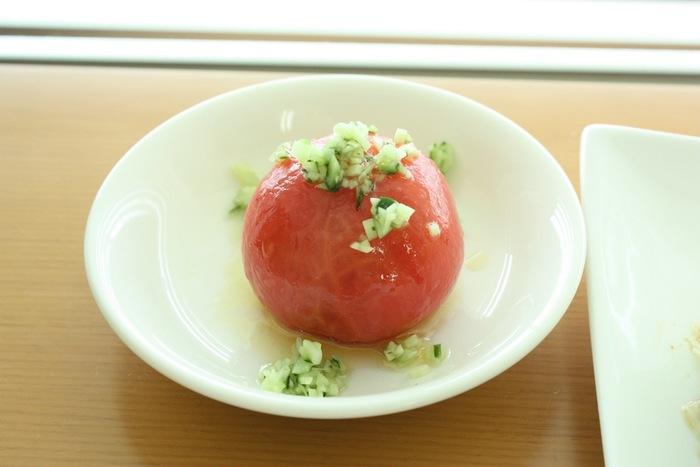 湯むきのひと手間を加えるだけで、シンプルなトマトサラダがオシャレに変身。トマトの「赤」ときゅうりの「緑」のさりげないクリスマスカラーもかわいいですね。
