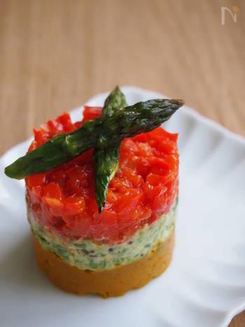 素材の甘みが引き出された焼き野菜を刻んで、パッと目を惹くオードブルに。特別な材料を用意しなくても、冷蔵庫にある野菜で作れるのも嬉しい。