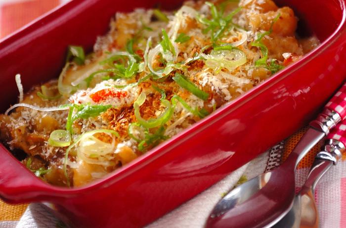 和食定番である肉じゃがですが意外とチーズと相性がよく、トッピングしたパン粉のサクサク食感もおいしさのアクセントに。大きな耐熱容器で作って、スコップメニューにするのがおすすめ。