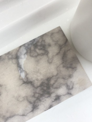 濡れたままコップをのせてもすぐに水分がなくなるので、水垢防止にもなり、洗面所のキレイをキープしやすくなりますよ。実用性の高さはもちろんですが、大理石風のデザインも高級感があって素敵ですね。100円とは思えないほど、クオリティの高いアイテムです。