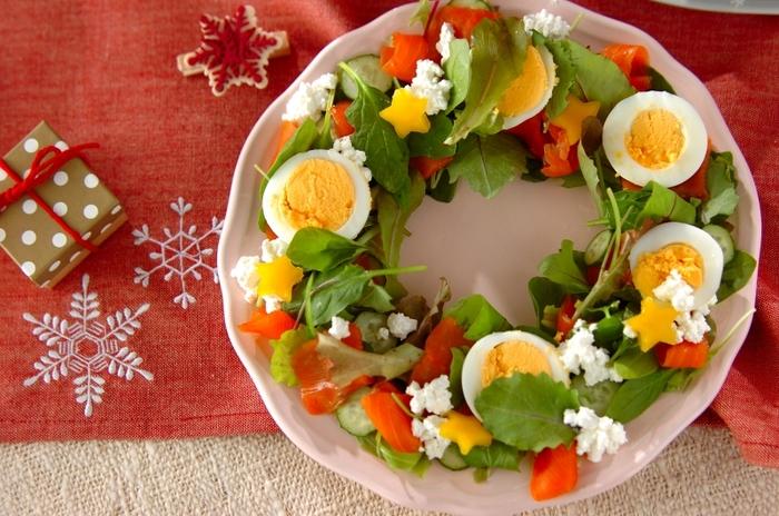 いつものサラダをクリスマスリースのように盛り付けて。ありあわせの食材で作れますが、クリスマスカラーの赤・白・緑を揃えて気分を盛り立ててくださいね。