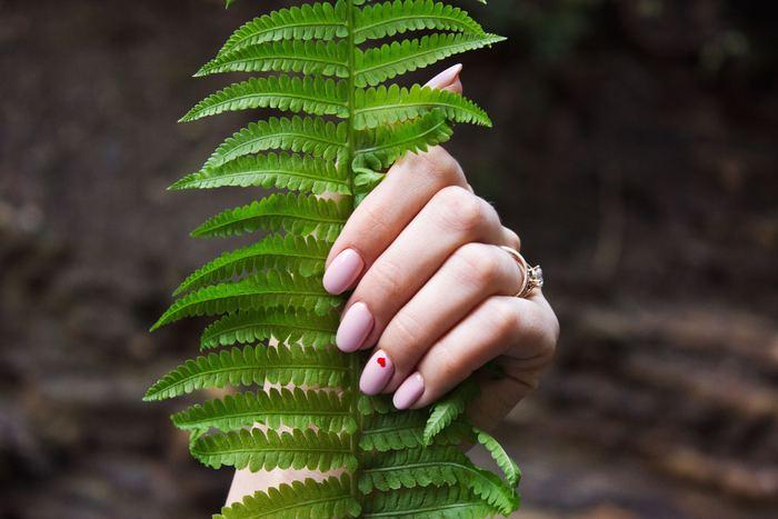 グリーンネイルになりかけの場合、爪が少し茶っぽく、または薄い緑がかったような色に変化。軽度ならば、爪の表面のみが変色している状態なので、爪やすりで削ることもできますが、自己判断はせずに皮膚科を受診するようにしましょう。