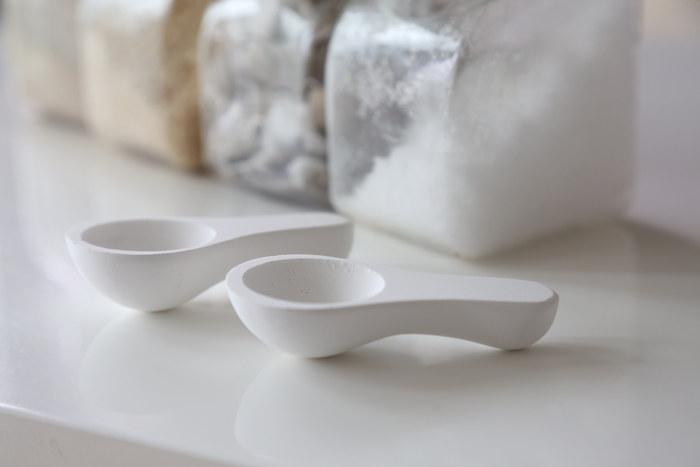 お手入れ方法はほかの珪藻土の商品と同じように、ヤスリがけと週に1回程度の陰干しで◎。ぽってりとした厚みのあるデザインがとっても可愛いですね。ひとつで2役こなしてくれる便利な珪藻土スプーンを、さっそくキッチンに取り入れてみませんか?