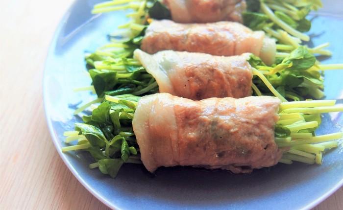 豆苗を豚肉でくるくると巻いたら、レンジで加熱するだけで簡単に作れます。豚肉の旨味も加わって、大満足のおかずに。いつもは少し物足りないな…と感じる豆苗も美味しく食べられそうですね!