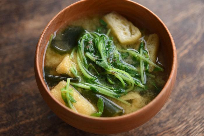 豆苗・わかめ・油揚げで作るシンプルなお味噌汁。仕上げにこしょうを入れることで、独特の青臭さが消え食べやすくなります◎豆苗を1パック入れて、たっぷり味わいましょう。