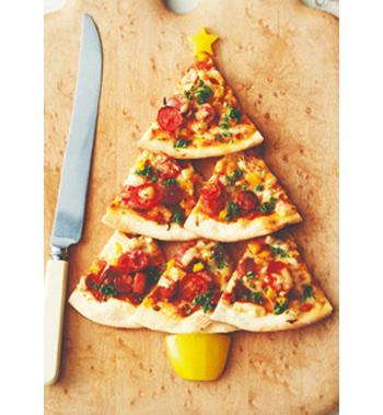 6等分にしたピザをツリーの形に並べて、パプリカの星と幹を添えるだけ。失敗知らずであっという間に完成します。