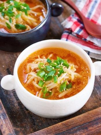 具材はもやしだけですが、しっかりとした味付けなので満足感もばっちりのスープです。コチュジャンを効かせたピリ辛味は、体もポカポカ温まりそうですね。辛いのが苦手な方は味噌だけでも美味しく作れますよ◎