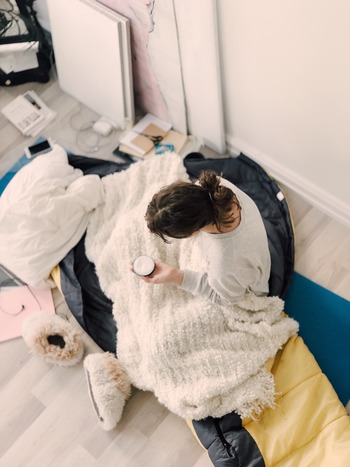 ほてりやのぼせが起こるとつい身体を冷やすことに集中しがちですが、もともと冷え症の傾向がある人は、きちんとあたためることも忘れずに。末端の冷えをそのままにしておくと、血行不良を促進してかえって症状が悪化してしまうこともあります。靴下をはじめとする保温アイテムをこまめに使い、お風呂でしっかりあたたまるなどのケアを心がけて下さい。