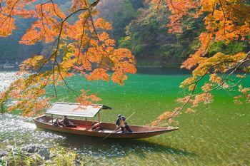 京都でも特に人気が高い観光地である嵐山。春には桜、秋には紅葉が楽しめ、行楽シーズンには国内外からの観光客で賑わいます。