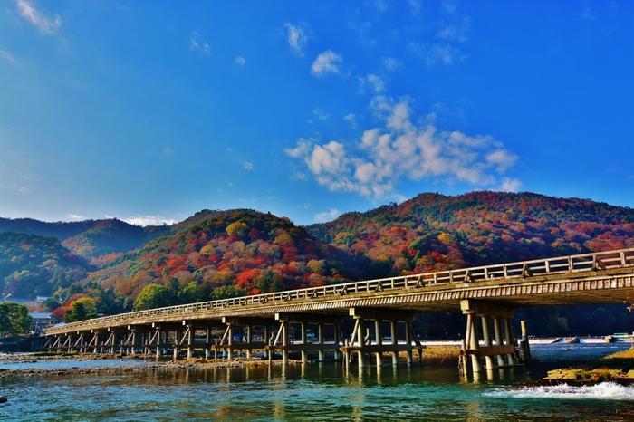 嵐山の象徴的存在である渡月橋(とげつきょう)。保津川(桂川)にかかる橋で、四季折々の景色を見せてくれます。初めて嵐山に行くなら外せない場所と言えるでしょう。