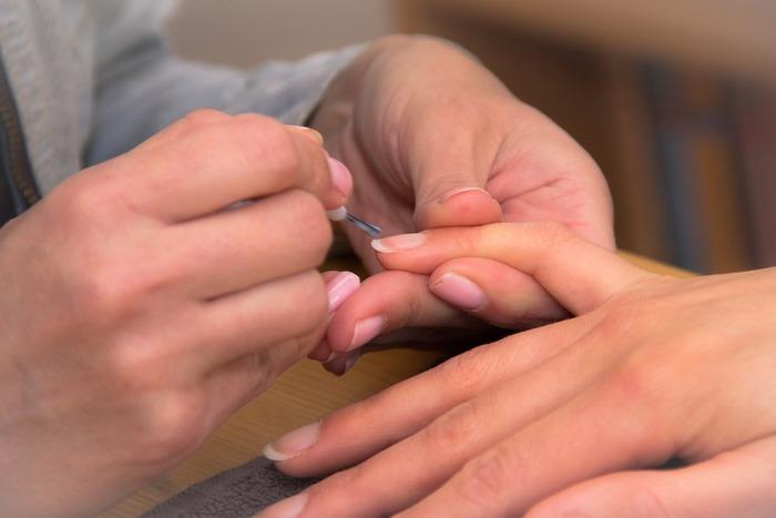 ジェルネイルは、つけてから2週間を過ぎたあたりから、だんだんと浮いてくるようになります。ジェルネイルと自爪の隙間に水分が入るとグリーンネイルの原因になってしまうので、長くても1ヶ月でオフするようにしましょう。