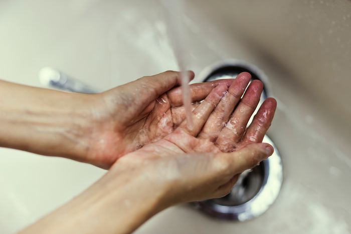 手を洗ったときや家事をした後など、手を濡らしたときは水分を拭き取ることを心がけて。公共のトイレにあるハンドドライヤーでは、水分をしっかりと落とすことができません。ハンカチやタオルを持ち歩いて、きちんと拭ってください。また、食器洗いのときには、ゴム手袋をすることをおすすめします。