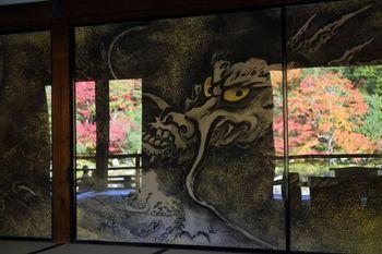 天龍寺に来たら合わせて見ておきたいのが、襖絵の「雲龍図」。襖絵自体も見事なのですが、保護のためにアクリル板で覆われているため庭園の景色が映りこみ、龍と紅葉の共演を楽しむこともできます。