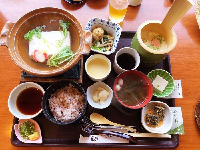 湯豆腐と湯葉の両方が頂ける「嵯峨御膳」。豆腐自体の味がしっかりしていると評判。自家製の湯葉は手桶に入っていて風情があります。小鉢やデザートも盛りだくさんの内容です。